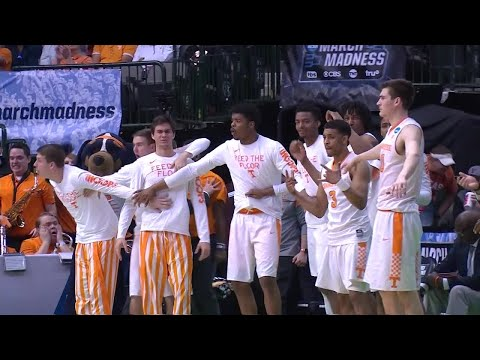 Admiral Schofield dunks over two defenders in Tennessee win