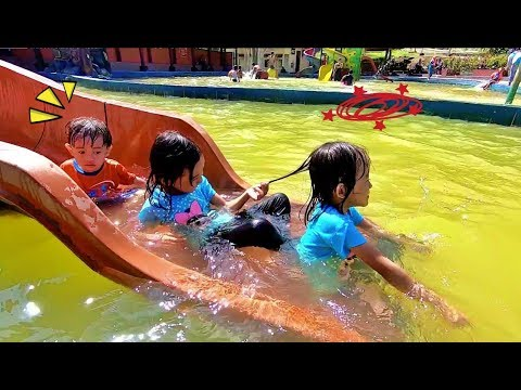 anak-anak-renang-air-panas-di-emte-highland-resort