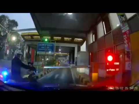 Viral..!!! Polisi Patwal Serobot Pintu Masuk Tol Pengendara Mobil