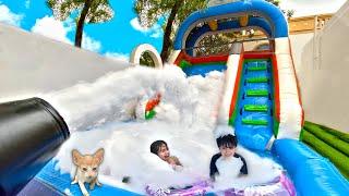 Brincando na Piscina com Escorregador Inflável e Bolhas de Sabão | Best Stories for Kids