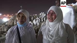 Hajj pilgrims gather at base of Mount Arafat