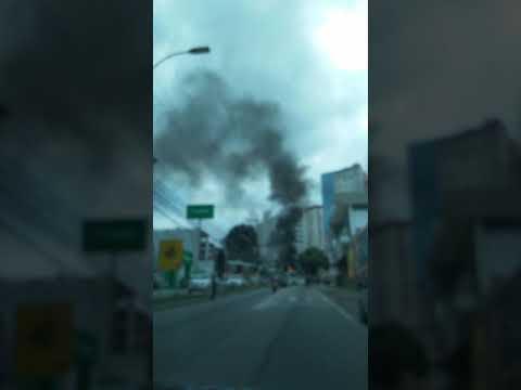 Carreta pega fogo perto de posto de combustível - parte 10