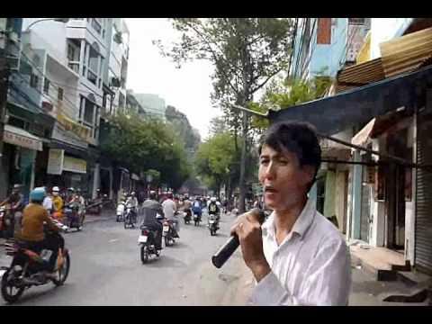 Một người hát dạo trên đường phố Sài Gòn