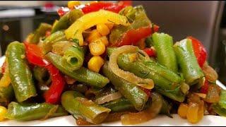 Сытный вкуснейший завтрак. Яичница с помидорами и сосисками, овощной салат Мозаика