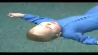 طفل يسبح ... طفل عمره اقل من سنه يجيد السباحه