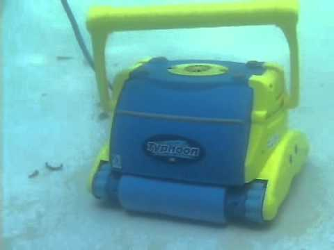 Limpiafondos autom tico typhoon salt disponible en - Limpiafondo piscina automatico ...