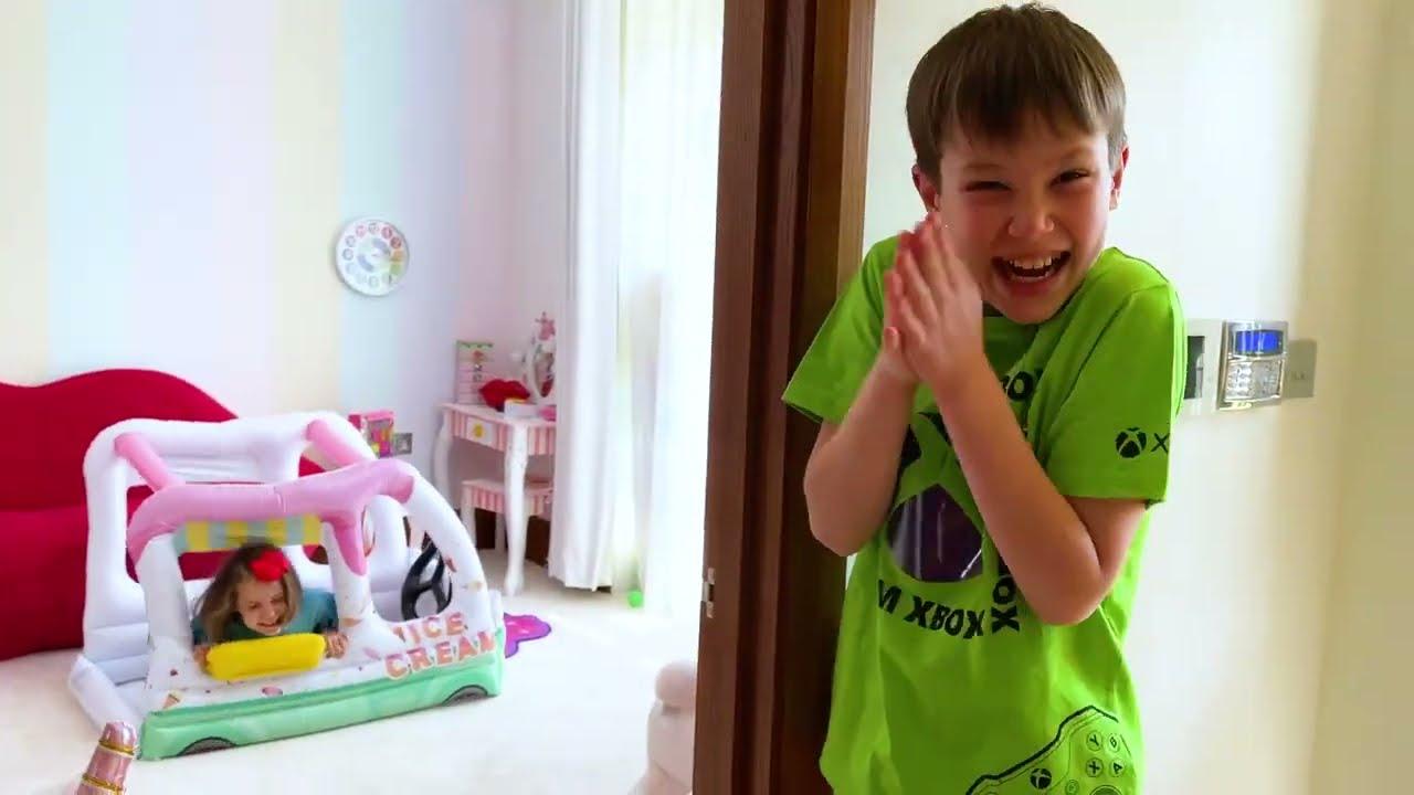 Катя построила игровой домик из пазлов