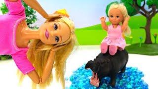 Куклы Барби. Штеффи в зоопарке. Смешное видео с куклами