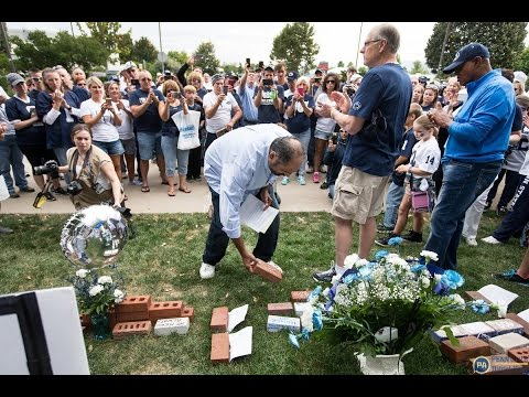 Penn State legends Franco Harris and Lydell Mitchell visit Joe Paterno memorial