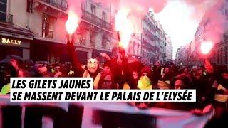 """""""Macron, t""""es foutu !"""" : les Gilets jaunes se massent devant le palais de l'Elysée, sous tension"""