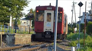 信州浅野駅を通過する飯山線観光列車「おいこっと」キハ110系車両