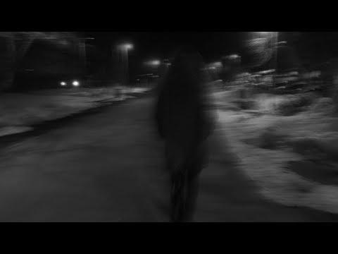 черно белый клип девушка поет