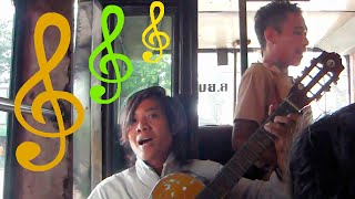 МУЗЫКАНТЫ В АВТОБУСЕ Индонезия Musicians on the bus Indonesia
