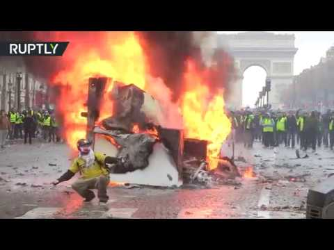 パリで反マクロンデモが起き市民が火をつける。警察は放水と催涙ガスで鎮圧