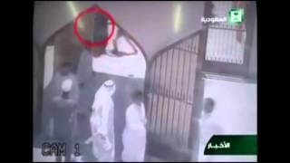 لحظة تفجير الإنتحاري لنفسه أمام مسجد الحسين في الدمام بالسعودية