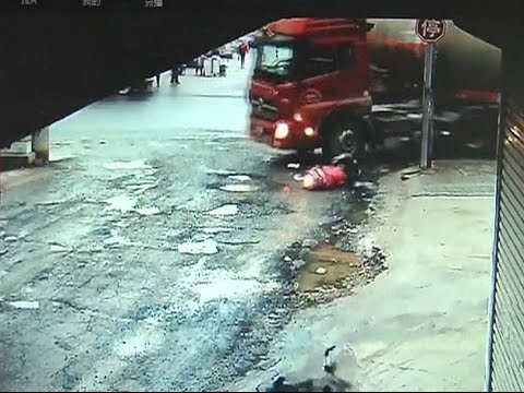 Two Girls Survive Truck Crash Without Severe Injuries in East China