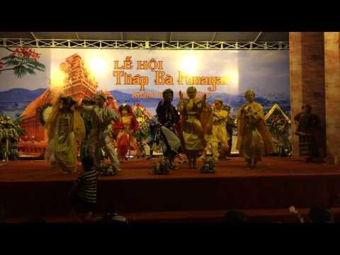Đoàn Hậu Linh Đông AyunPa-Gia Lai hầu bóng tại lễ hội tháp bà Ponagar Nha Trang