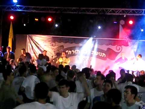 "Lipa schmeltzer is singing ""Halelu""at camp Bnei Torah in israel ליפא שמעלצר הללו"