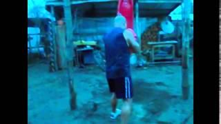 Golpeando el saco de boxeo yumbel