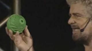 """Beppe Grillo prova bio washball durante il suo spettacolo """"Delirio"""""""
