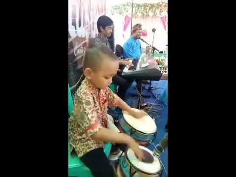 Bocah berbakat dalam bermusik