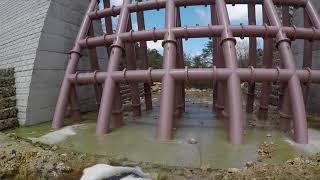 新しくできた堰堤で.