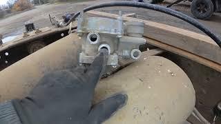 Зашипел двухпроводный кран управления тормозами прицепа