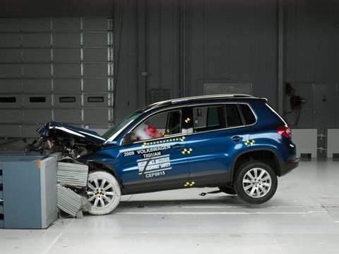 2009 Volkswagen Tiguan moderate overlap IIHS crash test