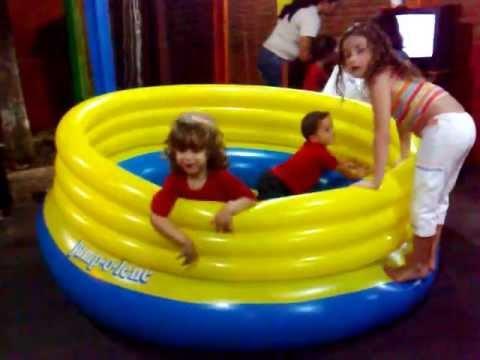 Primeira entrevista da garota da piscina infl vel cena for Piscina infantil decathlon