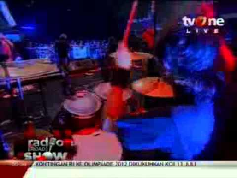 Aftercoma feat  Ipang Lazuardi   Raga Terbakar Live @RadioroadShow   tvOne low