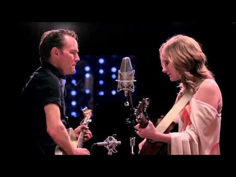 Whitehorse - Un Canadien Errant (The Road To Massey Hall)