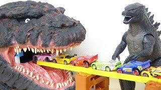 Pixar Disney Cars Drive into Giant Godzilla's Mouth ゴジラの口の中にカーズがどんどん入っていくよ