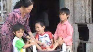 Sao Mẹ nở bỏ con và các em khi con bị liệt và em con bị teo chân