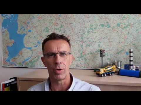 Hinrich Post vom Fachdienst Straßenverkehr der Stadt Emden erklärt die kommenden Sanierungsmaßnahmen