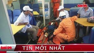 Đưa ngư dân bị nạn trên biển Hoàng Sa vào bờ cấp cứu