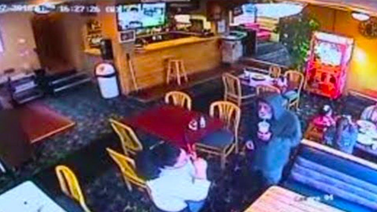 خدمت رجل متسول طلب الطعام ، ولكنها اكتشفت انه صاحب المطعم ، شاهد ماذا اعطاها