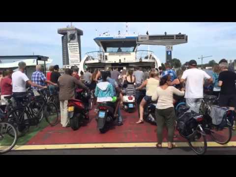 Druk op de pont naar Amsterdam Noord