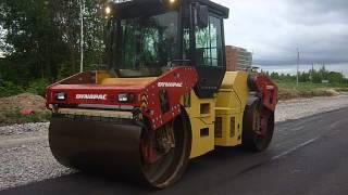 Дорожный каток в Калуге выравнивает асфальт