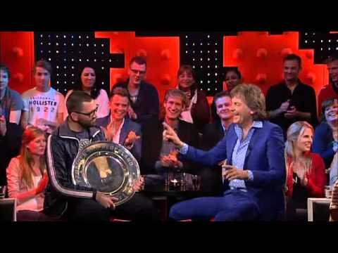 Theo maassen met de kampioensschaal van ajax bij de wereld draait door youtube - Huis in de wereld draagt sieraden ...