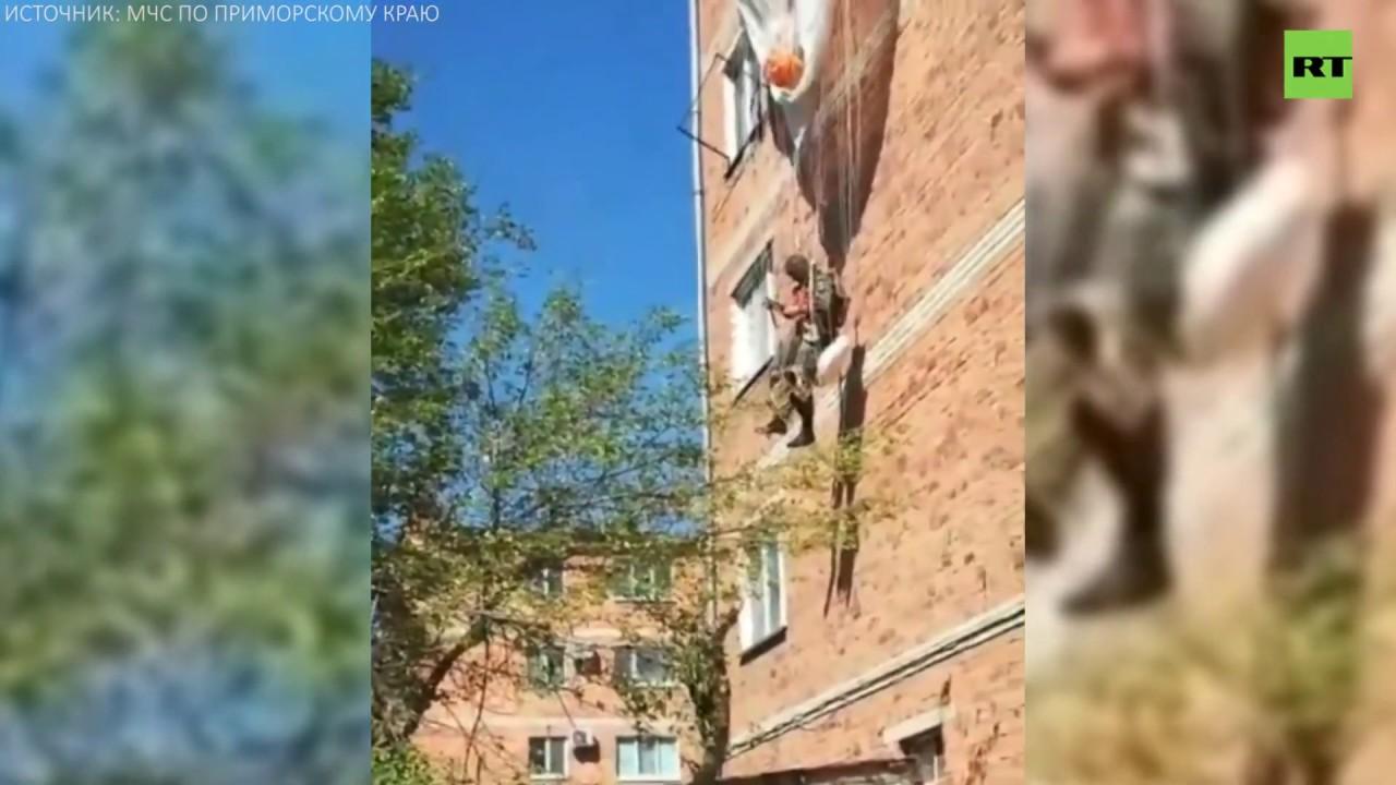 В Приморье десантник зацепился парашютом за крышу дома