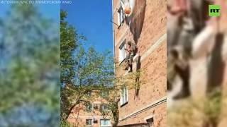 В Приморье десантник зацепился парашютом за крышу дома и повис на высоте третьего этажа