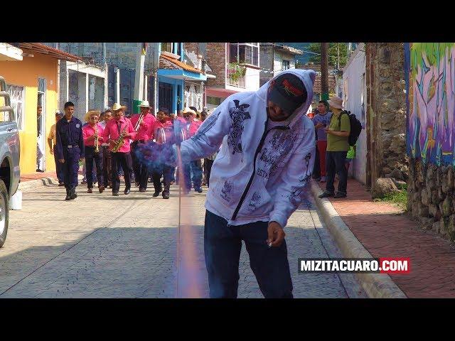 José Lugo Rodríguez pega bando de las fiestas patrias en Jungapeo