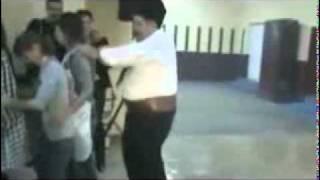 мужик с пузом круто танцует танец пингвинов)))).flv