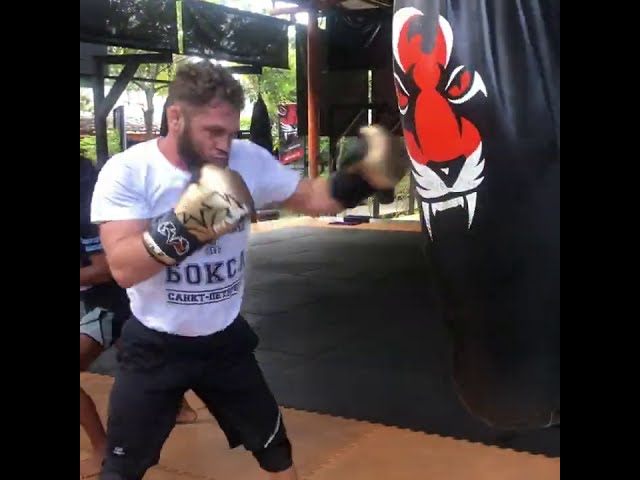 Rafael Fiziev drilling on the heavy bag @ Tiger Muay Thai