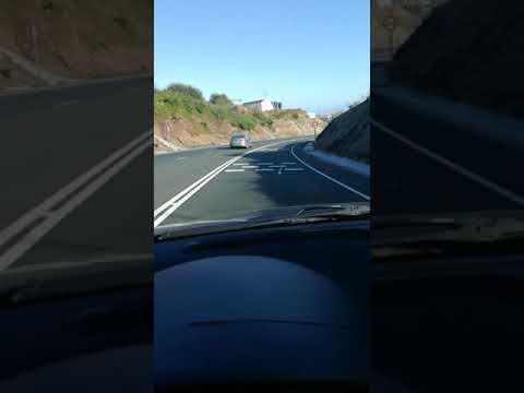Un coche circula por el carril contrario en el acceso al puerto de Burela