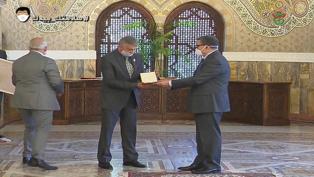 الوزير الأول يسدي باسم رئيس الجمهورية أوسمة عشير بعد الوفاة لشهداء الأطقم الطبية ضحايا الكورونا