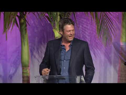 Download Youtube: Blake Shelton presents Kelly Clarkson with Variety's Power of Women Awards