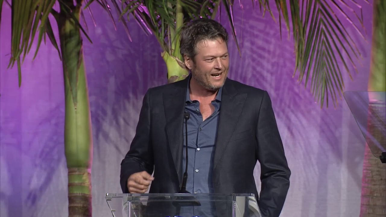 Blake Shelton presents Kelly Clarkson with Variety's Power of Women Awards