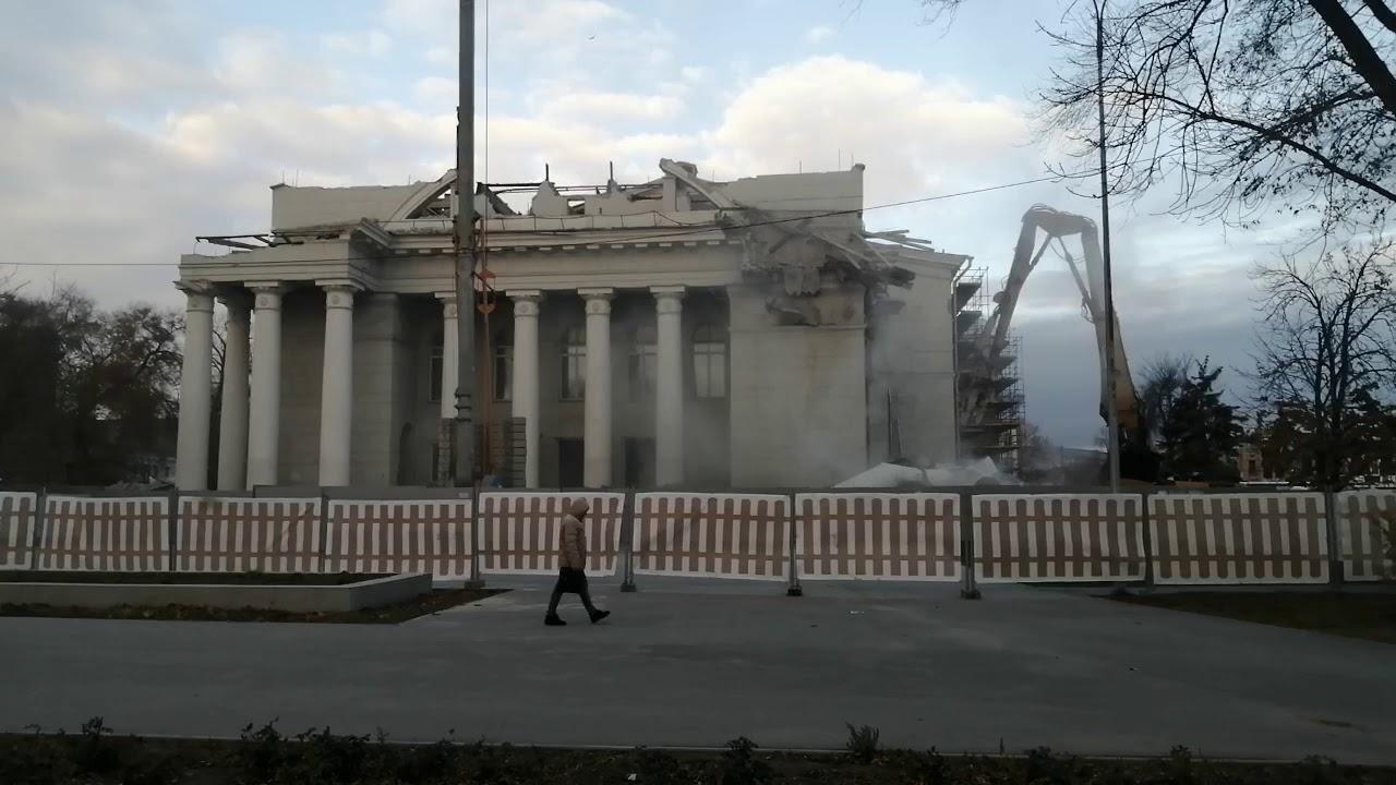 В Саратове сносят колоны оперного театра