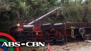 Trak na may kargang bakal tumagilid; 2 patay | TV Patrol